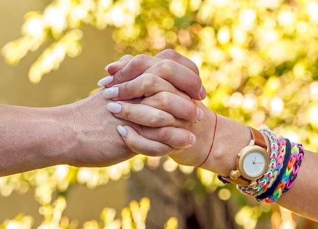 This is how holding hands can reveal about your relationship