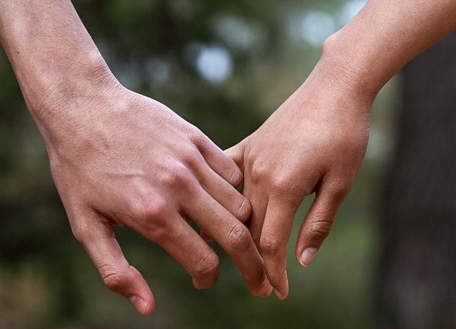 9 Best Ways To Find How Holding Hands Indicate Regarding Your Relationship 4